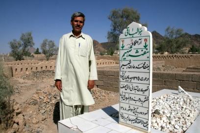 mohammad-arif-sulla-tomba-della-figlia-2