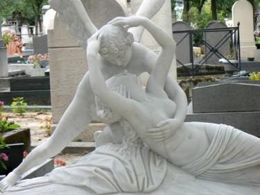 Statue dans un cimetière (Montparnasse, Paris)