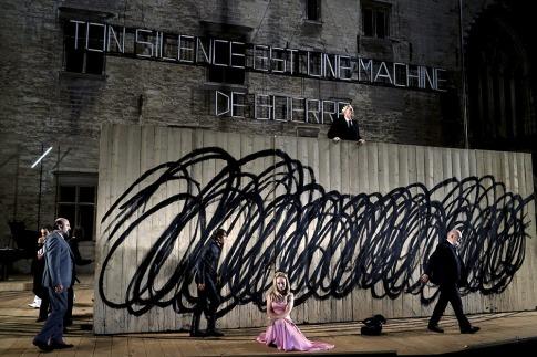 avignon-le-roi-lear-de-shakespeare-resiste-mal-a-la-cour-d-honneur,M237002