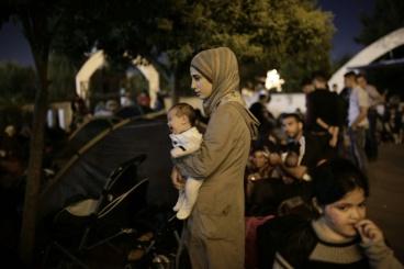 migrants-et-refugies-en-attente-d-un-bus-le-15-septembre_983218