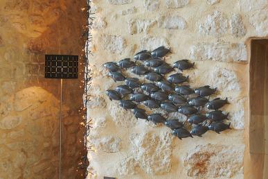 10346471-un-banc-de-poissons-sur-le-mur