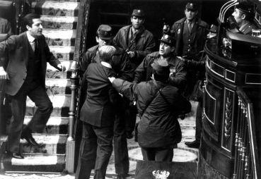 Adolfo Suárez et Gutiérrez Mellado face aux gardes civils armés.