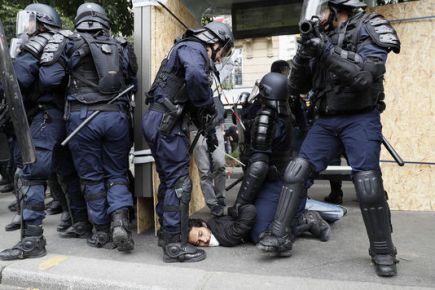 4997248_6_26d9_des-policiers-tiennent-un-manifestant-a-terre_4aba3cedbd5dcd8cb0ea16623cfb9c6e