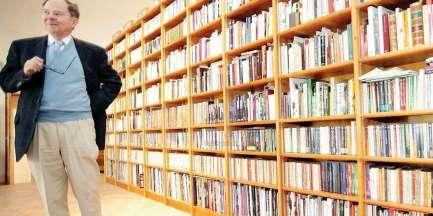 jacques-sadoul-dans-sa-bibliotheque-monumentale-sa-piece-de-vie