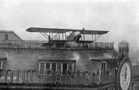 1919-Jules-Vedrines-pose-Son-Avion-sur-le-Toit-des-Galeries-Lafayette-11