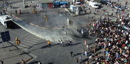 5867227-manifestations-a-istanbul-la-police-se-retire-de-la-place-taksim