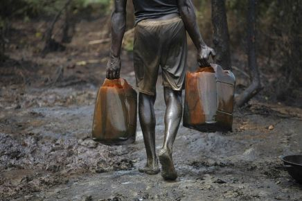 1817858_6_94c5_dans-une-raffinerie-illegale-au-nigeria-des_b1e61af538e984b366a28b5e8d2bc44b