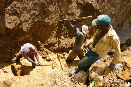 Mine artisanal de cassitérites, Sud Kivu, 2006.
