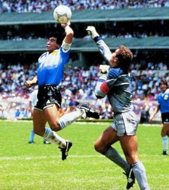 diego-maradona-la-main-de-dieu-tout-le-monde-la-connait-elle-a-permis-a-l-argentine-de-se-qualifier-contre-l-angleterre-il-a-egalement-ete-pris-la-main-dans-le-sac-pour-dopage_107309_w62