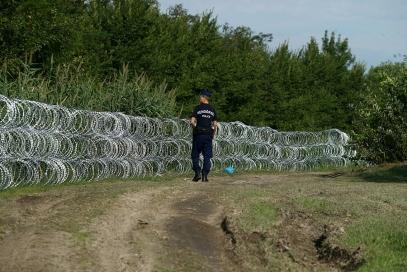Policeman_at_Hungary-Serbia_border_barrier