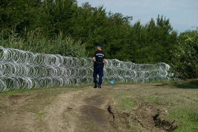 Policeman_at_Hungary-Serbia_border_barrier