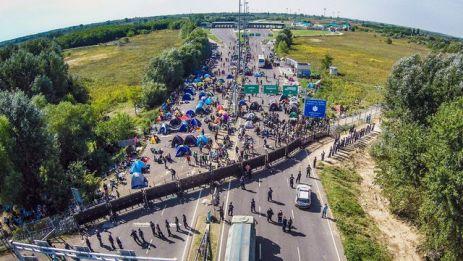 vue-aerienne-du-poste-frontiere-entre-la-hongrie-et-la-serbie-pres-de-la-ville-serbe-de-horgos-ou-s-entassent-les-migrants-desormais-bloques-par-les-autorites-de-budapest-le-16-septembre