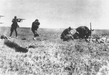 1920px-Einsatzgruppen_murder_Jews_in_Ivanhorod,_Ukraine,_1942