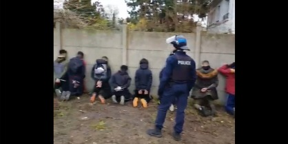 Lyceens-a-genoux-a-Mantes-la-Jolie-manifestation-un-an-apres-contre-l-humiliation