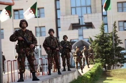 Garde-republicaine-algerienne-devant-palais-presidentiel-Alger-16-octobre-2018_0