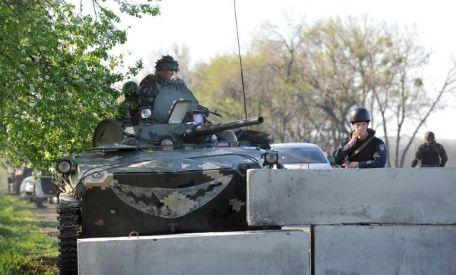639947-des-policiers-et-militaires-ukrainiens-montent-la-garde-a-un-barrage-pres-de-slaviansk-est-de-l-ukra