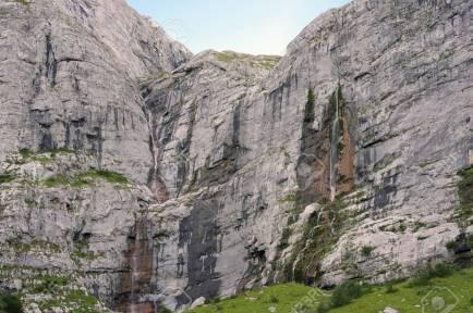 15131425-la-plus-haute-cascade-d-europe-du-sud-paroi-de-la-montagne-fisht-près-de-sotchi-dans-le-caucase