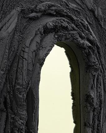 Larevuedudesign-design-designer-lave-roches-volcaniques-Artiste-sculpteur-Fernando-Mastrangelo-miroirs-Magma-sable-noir-resine-epoxy-basalte-miroirs-sculpturales-changement-climatique-02
