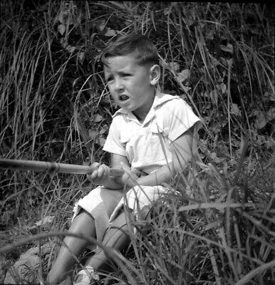 Enfant-en-train-de-pêcher-à-la-ligne