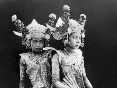 1920px-COLLECTIE_TROPENMUSEUM_Portert_van_twee_jonge_Balinese_danseressen_TMnr_10004678b